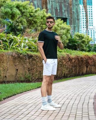 Как и с чем носить: темно-зеленая футболка с круглым вырезом, белые шорты, белые кожаные низкие кеды, оливковые солнцезащитные очки
