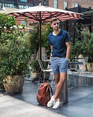 Как и с чем носить: темно-синяя футболка с круглым вырезом, синие шорты, белые низкие кеды, коричневый кожаный рюкзак