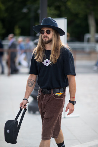 Черно-белая футболка с круглым вырезом с принтом: с чем носить и как сочетать мужчине: Если ты наметил себе насыщенный день, сочетание черно-белой футболки с круглым вырезом с принтом и темно-коричневых вельветовых шорт позволит составить комфортный лук в непринужденном стиле.