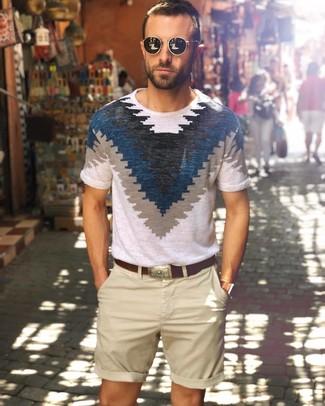 Как и с чем носить: бело-темно-синяя футболка с круглым вырезом с принтом, бежевые шорты, темно-коричневый кожаный ремень, черные солнцезащитные очки