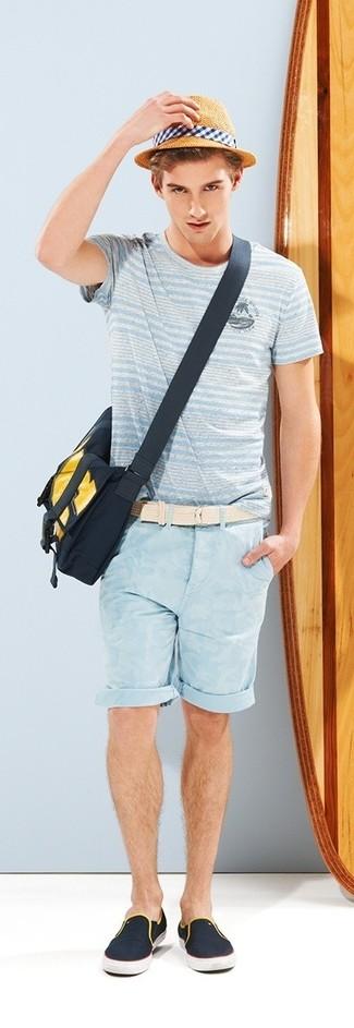 Как и с чем носить: голубая футболка с круглым вырезом в горизонтальную полоску, голубые шорты, темно-синие слипоны из плотной ткани, темно-синяя сумка почтальона из плотной ткани