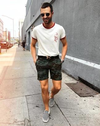 Как и с чем носить: белая футболка с круглым вырезом, оливковые шорты с камуфляжным принтом, черно-белые слипоны из плотной ткани в клетку, черный кожаный ремень