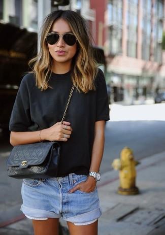 Черная футболка с круглым вырезом и голубые джинсовые шорты украсят твой гардероб.
