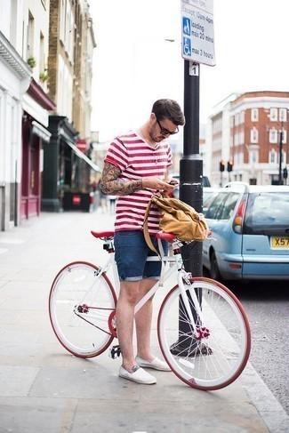 Синие джинсовые шорты: с чем носить и как сочетать мужчине: Бело-красная футболка с круглым вырезом в горизонтальную полоску и синие джинсовые шорты — прекрасная формула для создания стильного и удобного лука. Не прочь добавить в этот наряд немного классики? Тогда в качестве дополнения к этому образу, выбери белые эспадрильи из плотной ткани.