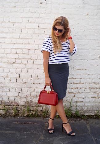 Как и с чем носить: бело-темно-синяя футболка с круглым вырезом в горизонтальную полоску, темно-серая юбка-карандаш, черные кожаные босоножки на каблуке, красная кожаная большая сумка