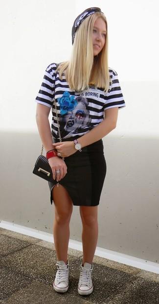 Как и с чем носить: черно-белая футболка с круглым вырезом в горизонтальную полоску, черная кожаная юбка-карандаш, белые низкие кеды, черная кожаная сумка через плечо