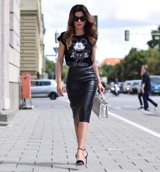 Как и с чем носить: черно-белая футболка с круглым вырезом с принтом, черная кожаная юбка-карандаш, черные кожаные туфли, белая кожаная сумочка