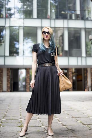 Как и с чем носить: черная футболка с круглым вырезом с украшением, черная юбка-миди со складками, бежевые кожаные балетки, светло-коричневая кожаная сумка-мешок