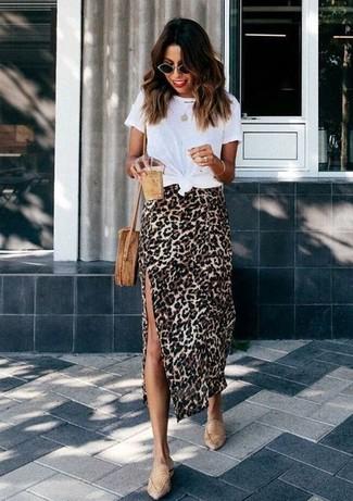 Как и с чем носить: белая футболка с круглым вырезом, светло-коричневая юбка-миди с леопардовым принтом, светло-коричневые кожаные лоферы, светло-коричневая соломенная сумка через плечо