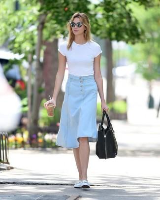 Как и с чем носить: белая футболка с круглым вырезом, голубая джинсовая юбка-миди, белые кожаные лоферы, черная замшевая большая сумка