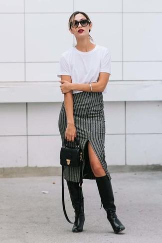 Как и с чем носить: белая футболка с круглым вырезом, серая юбка-миди в вертикальную полоску, черные кожаные сапоги, черная кожаная сумка через плечо