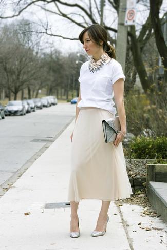 Как и с чем носить: белая футболка с круглым вырезом, бежевая шифоновая юбка-миди, серебряные кожаные туфли, серебряный кожаный клатч