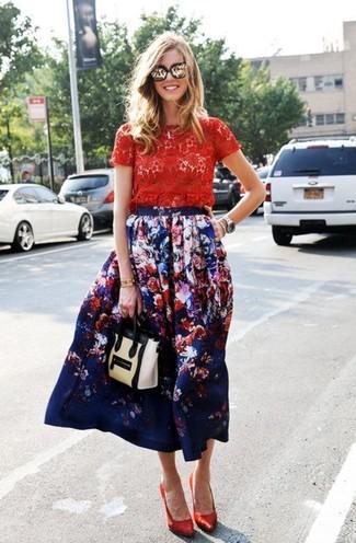 Как и с чем носить: красная кружевная футболка с круглым вырезом, темно-синяя юбка-миди с цветочным принтом, красные сатиновые туфли, бежевая кожаная сумка-саквояж