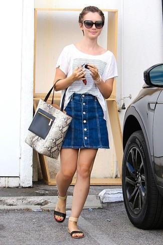 Как и с чем носить: бело-синяя футболка с круглым вырезом с принтом, синяя джинсовая юбка на пуговицах, черные кожаные сандалии на плоской подошве, серая кожаная большая сумка со змеиным рисунком