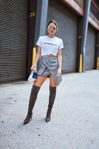 Белые солнцезащитные очки: с чем носить и как сочетать женщине: Если в одежде ты ценишь удобство и практичность, бело-черная футболка с круглым вырезом с принтом и белые солнцезащитные очки — классный выбор для модного лука на каждый день. И почему бы не добавить в этот наряд на каждый день немного изысканности с помощью темно-коричневых замшевых ботфортов?