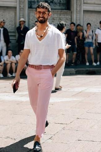 Белая футболка с v-образным вырезом: с чем носить и как сочетать мужчине: Белая футболка с v-образным вырезом и розовые брюки чинос — превосходный вариант для несложного, но модного мужского ансамбля. Такой лук легко получает новое прочтение в сочетании с темно-синими кожаными лоферами.