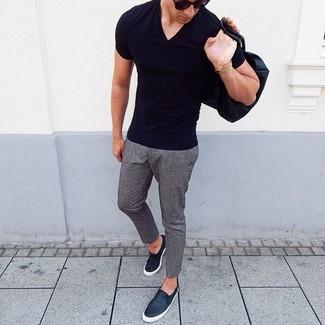 Как и с чем носить: черная футболка с v-образным вырезом, серые шерстяные брюки чинос, черные кожаные слипоны, черные солнцезащитные очки