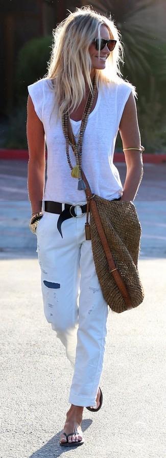 Как и с чем носить: белая футболка с v-образным вырезом, белые рваные джинсы-бойфренды, черные вьетнамки, коричневая соломенная большая сумка