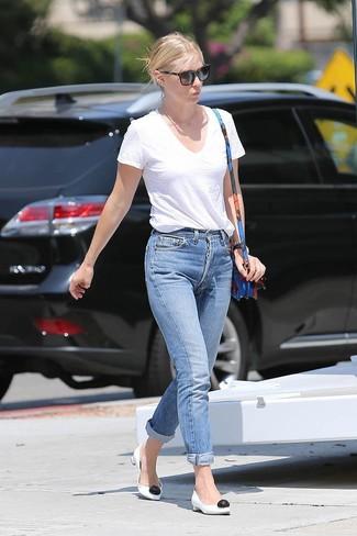 Как и с чем носить: белая футболка с v-образным вырезом, синие джинсы-бойфренды, бело-черные кожаные туфли, синяя кожаная сумка через плечо с цветочным принтом