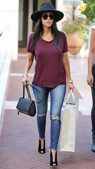 Как и с чем носить: темно-красная футболка с v-образным вырезом, синие рваные джинсы скинни, черные замшевые ботильоны с вырезом, черная кожаная сумка через плечо