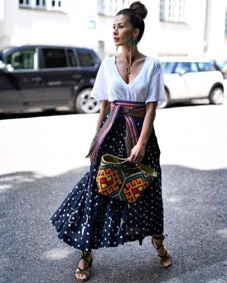 Как и с чем носить: белая футболка с v-образным вырезом, темно-сине-белая длинная юбка в горошек, оливковые замшевые босоножки на каблуке, разноцветная соломенная большая сумка