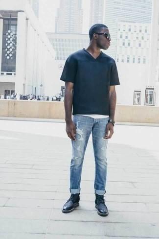 Темно-синие кожаные повседневные ботинки: с чем носить и как сочетать мужчине: Темно-синяя футболка с v-образным вырезом и голубые рваные джинсы — стильный выбор джентльменов, которые никогда не сидят на месте. Хочешь сделать лук немного строже? Тогда в качестве обуви к этому луку, выбери темно-синие кожаные повседневные ботинки.