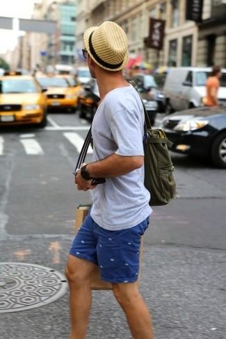 Как и с чем носить: серая футболка с v-образным вырезом, синие шорты с принтом, оливковая большая сумка из плотной ткани, светло-коричневая соломенная шляпа