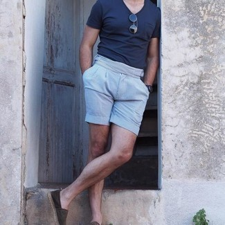 С чем носить черные кожаные часы мужчине: Темно-синяя футболка с v-образным вырезом и черные кожаные часы — замечательная формула для воплощения приятного и несложного образа. Дополнив образ темно-коричневыми замшевыми эспадрильями, получим приятный результат.