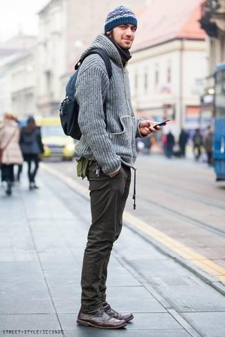 Как и с чем носить: серый вязаный худи, оливковые брюки чинос, темно-коричневые кожаные ботинки дезерты, темно-синий рюкзак из плотной ткани