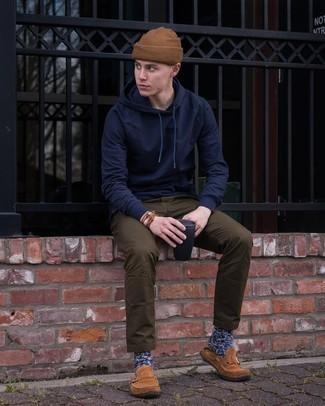 С чем носить коричневую шапку мужчине: Если в одежде ты отдаешь предпочтение удобству и функциональности, тебе понравится сочетание темно-синего худи и коричневой шапки. Любители экспериментировать могут закончить образ коричневыми замшевыми лоферами, тем самым добавив в него чуточку нарядности.