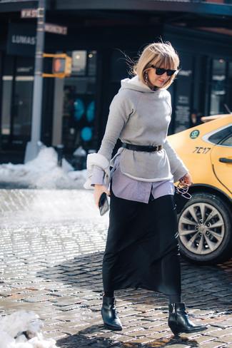 Как и с чем носить: серый худи, голубая классическая рубашка, черная шифоновая длинная юбка, черные кожаные ботильоны на танкетке