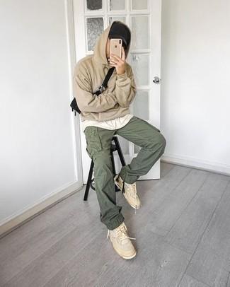 Мужские луки: Светло-коричневый худи и оливковые брюки карго — замечательная формула для воплощения стильного и незамысловатого ансамбля. В качестве обуви сюда напрашиваются бежевые кожаные высокие кеды.