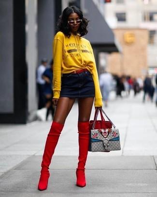Как и с чем носить: желтый худи с принтом, темно-синяя джинсовая мини-юбка, красные замшевые ботфорты, красная замшевая сумка-мешок