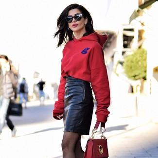 Как и с чем носить: красный худи, черная кожаная мини-юбка, красная кожаная сумка-саквояж, черные солнцезащитные очки
