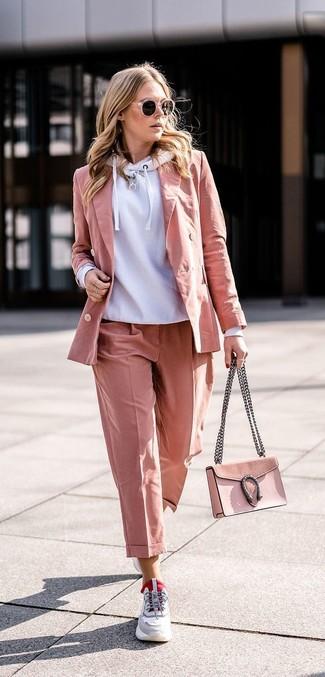 Как и с чем носить: серый худи, розовый пиджак, розовые классические брюки, серые кроссовки