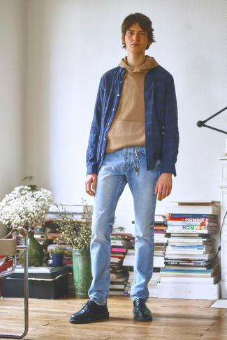 Мода для подростков парней: Ансамбль из светло-коричневого худи и голубых джинсов без сомнений подчеркнет твой индивидуальный стиль. Преобразить образ и добавить в него толику классики помогут черные кожаные туфли дерби.