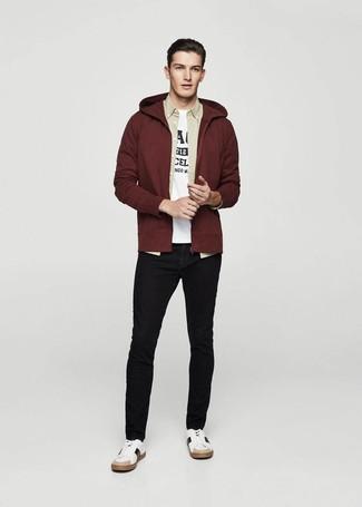Как и с чем носить: темно-красный худи, бежевая рубашка с длинным рукавом, бело-черная футболка с круглым вырезом с принтом, черные зауженные джинсы