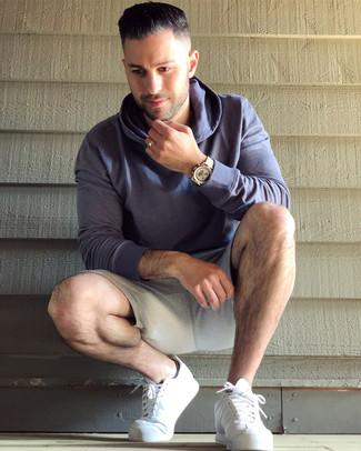 Как и с чем носить: фиолетовый худи, серые спортивные шорты, белые кожаные низкие кеды, золотые часы