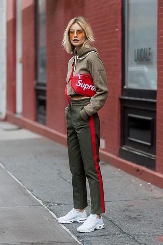 Как и с чем носить: оливковый худи, оливковые спортивные штаны, белые кроссовки, красная кожаная поясная сумка