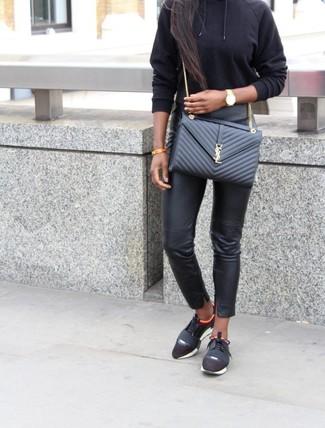 Как и с чем носить: черный худи, черные кожаные узкие брюки, черные кроссовки, черная кожаная стеганая сумка через плечо