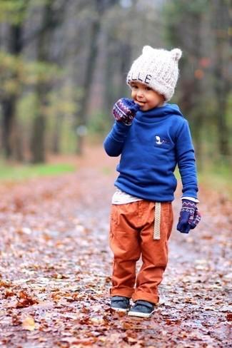 Как и с чем носить: синий худи, белая футболка с длинным рукавом, оранжевые спортивные штаны, темно-синие кожаные кеды