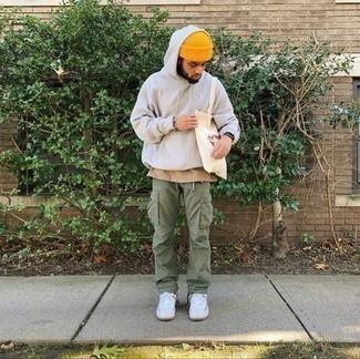 Мужские луки: Если ты делаешь ставку на комфорт и практичность, белый худи и оливковые брюки карго — хороший вариант для привлекательного мужского лука на каждый день. Белые низкие кеды из плотной ткани — прекрасный выбор, чтобы дополнить образ.