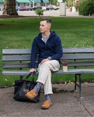 С чем носить темно-синий худи мужчине: Темно-синий худи и белые брюки чинос прочно закрепились в гардеробе многих парней, позволяя составлять незаезженные и стильные ансамбли. Хочешь сделать ансамбль немного элегантнее? Тогда в качестве обуви к этому образу, стоит выбрать коричневые замшевые лоферы.