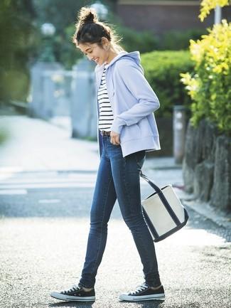 Как и с чем носить: голубой худи, бело-темно-синяя футболка с круглым вырезом в горизонтальную полоску, темно-синие джинсы скинни, черно-белые низкие кеды из плотной ткани