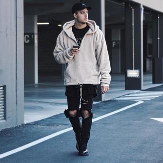 Как и с чем носить: бежевый флисовый худи, черно-белая футболка с круглым вырезом с принтом, черные рваные джинсы, черные кроссовки