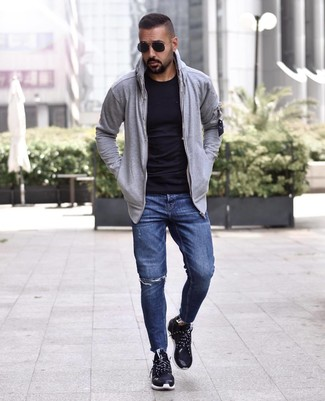 Как и с чем носить: серый худи, черная футболка с круглым вырезом, темно-синие рваные джинсы, черные кроссовки