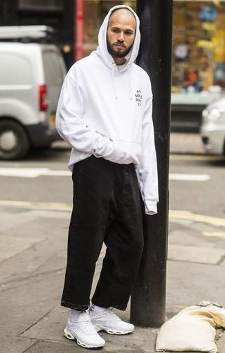 Белый худи: с чем носить и как сочетать мужчине: Если ты любишь одеваться по моде, и при этом чувствовать себя комфортно и уверенно, тебе стоит примерить это сочетание белого худи и черных джинсов. Дерзкие парни дополнят лук белыми кроссовками.