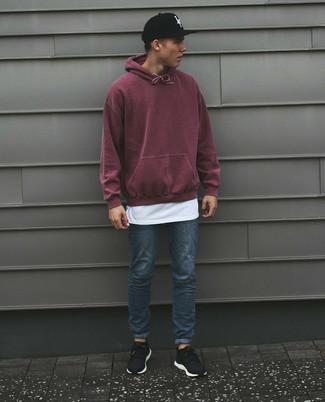 Как и с чем носить: темно-красный худи, белая футболка с круглым вырезом, синие зауженные джинсы, черные кроссовки