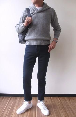 Как и с чем носить: серый худи, белая футболка с круглым вырезом, черные зауженные джинсы, белые кожаные низкие кеды