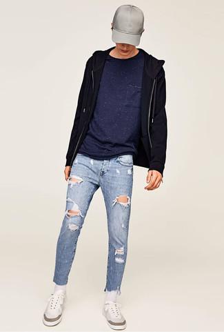 Как и с чем носить: черный худи, темно-синяя футболка с круглым вырезом, голубые рваные зауженные джинсы, белые низкие кеды